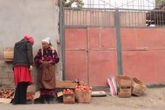 Продавать яблока в улицах Стоковые Фотографии RF