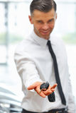 Продавец автомобилей давая ключ нового автомобиля на выставочном зале Стоковое Изображение