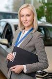 Продавец автомобиля держит доску сзажимом для бумаги Стоковое Изображение