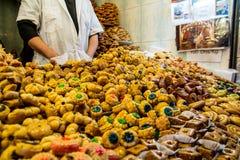 Продавец арабских десертов и помадок на восточном рынке Marrakesh 7-ое января 2017 Marocco Стоковые Фото