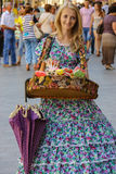 Продавец девушки с конфетой одел в ретро одежде в историческом cit Стоковые Изображения