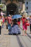 Продавец девушки с конфетой одел в ретро одежде в историческом cit Стоковые Фото