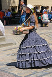 Продавец девушки с конфетой одел в ретро одежде Стоковые Фотографии RF