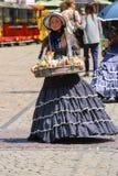 Продавец девушки с конфетой одел в ретро одежде Стоковые Изображения RF