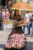 Продавец девушки с конфетой одел в ретро одежде Стоковое Изображение RF