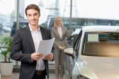 Продавец держит бумаги для его клиента Стоковые Фотографии RF
