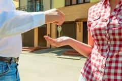 Продавец посылает руки нового владельца ключа дома Стоковые Фотографии RF