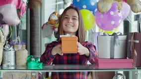 Продавец подарка женщины давая настоящий момент видеоматериал