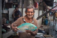 Продавец предлагает купить большие голубые passersby рыб Стоковая Фотография RF