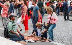 Продавец предлагает продуктам сувенира 2 старших женщин Стоковые Изображения RF