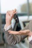 Продавец представляет установленные ключи автомобиля Стоковая Фотография
