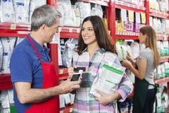 Продавец признавая оплату от клиента в магазине любимчика Стоковая Фотография