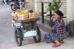 Продавец плодоовощ в Ho городе Ch Minh, Вьетнаме Стоковая Фотография RF