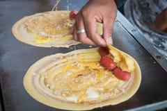 Продавец свертывая закуску улицы плоского блинчика токио Khanom тонко тайскую Стоковые Изображения