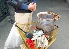 Продавец сладостных каштанов и его оборудования Стоковые Изображения RF
