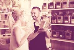 Продавец с высушенными травами в руках Стоковые Фото