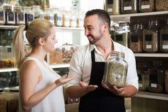 Продавец с высушенными травами в руках Стоковое Фото