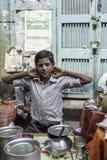 Продавец чая в Kolkata, Индии Стоковая Фотография RF
