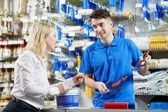 Продавец демонстрируя нож замазки к покупателю Стоковые Фотографии RF