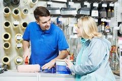 Продавец демонстрируя ролик краски к покупателю Стоковое Изображение RF
