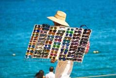 Продавец Sunglass на пляже Стоковые Изображения