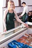 2 продавца в магазине рыб Стоковое Изображение RF