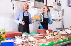 2 продавца в магазине рыб Стоковые Изображения