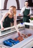 2 продавца в магазине рыб Стоковые Фотографии RF