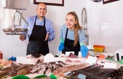 2 продавца в магазине рыб Стоковое Фото