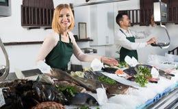 2 продавца в разделе рыб супермаркета Стоковая Фотография