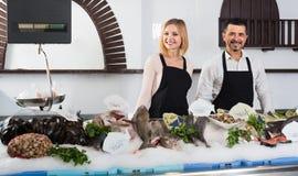 2 продавца в разделе рыб супермаркета Стоковое Изображение RF