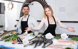 2 продавца в разделе рыб супермаркета Стоковые Изображения