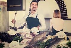 2 продавца в разделе рыб супермаркета Стоковое фото RF
