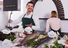 2 продавца в разделе рыб супермаркета Стоковые Фотографии RF