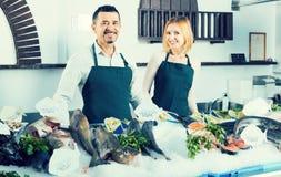 2 продавца в разделе рыб супермаркета Стоковое Изображение