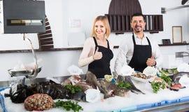 2 продавца в разделе рыб супермаркета Стоковые Фото