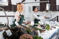 2 продавца в разделе рыб супермаркета Стоковые Изображения RF