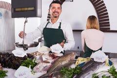 2 продавца в разделе рыб супермаркета Стоковая Фотография RF