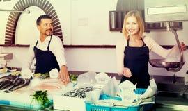 2 продавца в разделе рыб супермаркета Стоковое Фото