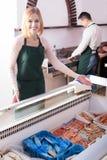 2 продавца замороженных рыб Стоковое Изображение