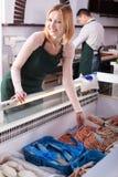 2 продавца замороженных рыб Стоковое Изображение RF