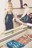 2 продавца замороженных рыб Стоковая Фотография RF