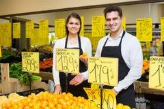 2 продавца с цитрусовыми фруктами в рынке Стоковое Изображение RF