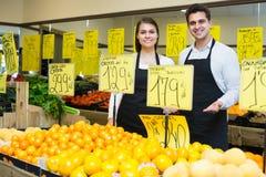 2 продавца с цитрусовыми фруктами в рынке Стоковая Фотография RF