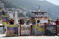 Продавцы отклонения маленькой лодки на гавани в Дубровнике Хорватии Стоковая Фотография RF