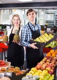 Продавцы представляя с плодоовощами стоковая фотография rf