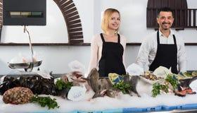 Продавцы работая в магазине рыб Стоковая Фотография RF