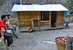 Продавцы Яблока в Непале стоковые фото