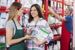 Продавщица признавая оплату от клиента в магазине любимчика Стоковые Фотографии RF