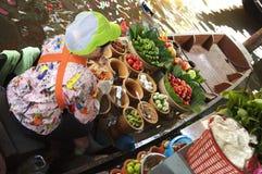 Продавщица смешивая вверх салат папапайи Стоковые Изображения